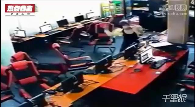 Quán Net bất ngờ bị côn đồ vác dao tấn công, nữ game thủ sợ hãi trốn dưới gầm bàn