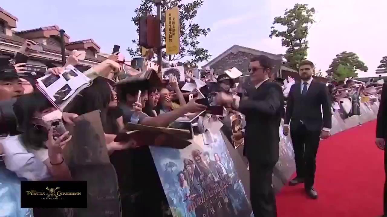 Johnny Depp gây sốt khi bất chấp bị quản lý kéo đi vẫn cố nhoài người kí tặng fan hâm mộ tại lễ ra mắt Cướp Biển Vùng Caribbean