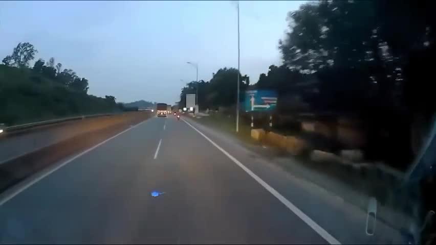 Xe container phóng như bay
