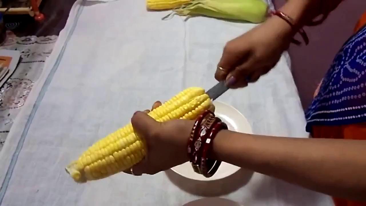 Cách đơn giản và nhanh nhất để tách hạt ngô khỏi lõi