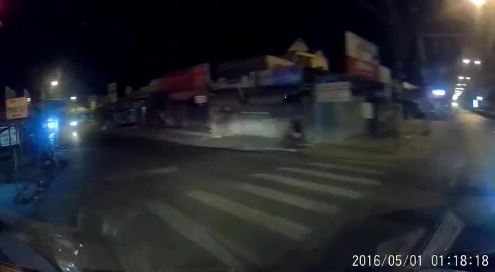 Ôtô và xe máy tông nhau vì cùng vượt đèn đỏ trên đường vắng
