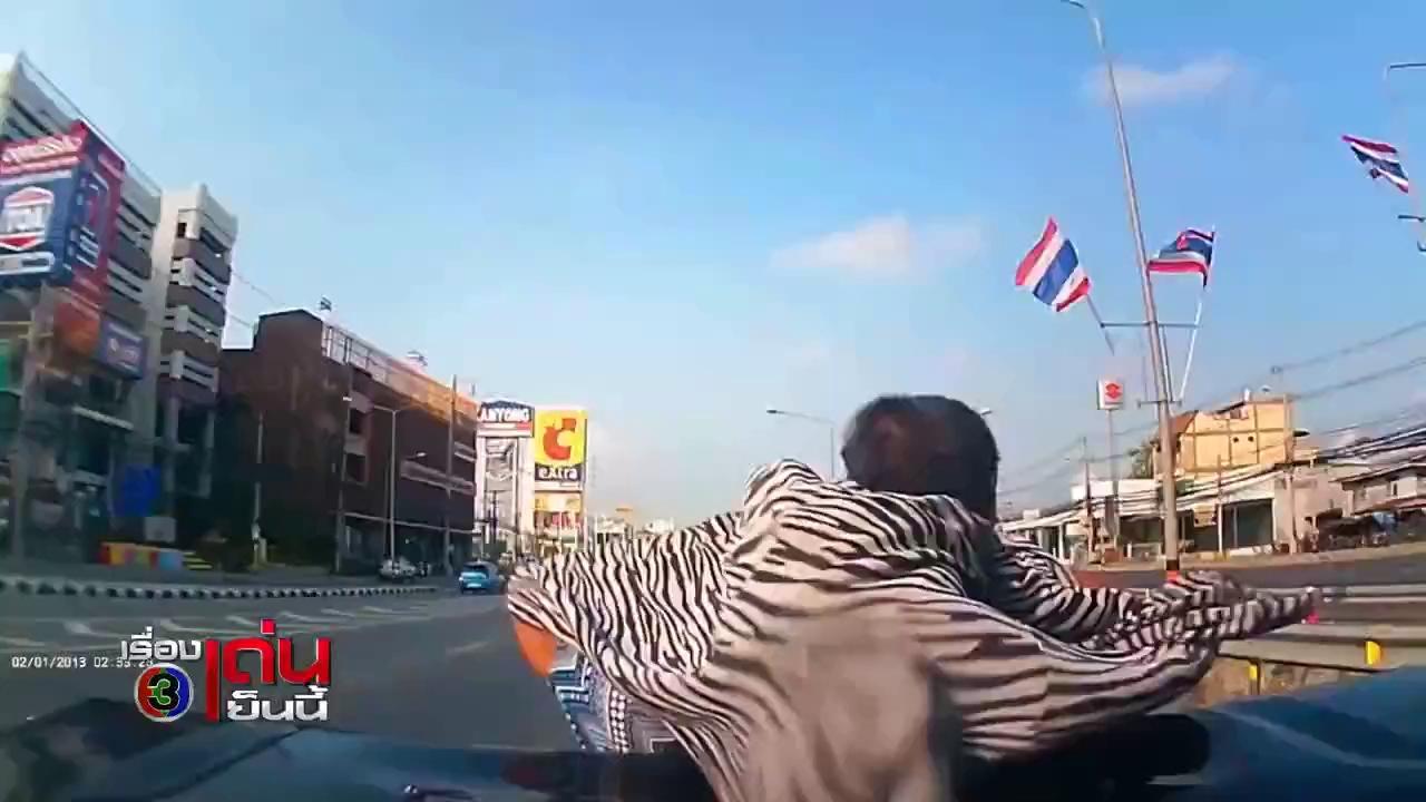 Chạy vào làn ô-tô, 2 người đi xe máy gặp tai nạn thảm khốc