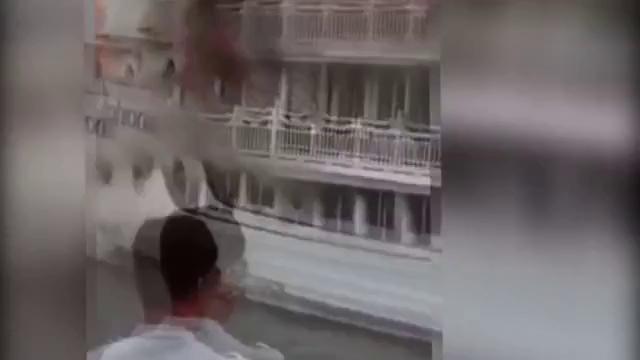 Hàng chục người hoảng loạn nhảy khỏi tàu 4 sao bốc cháy