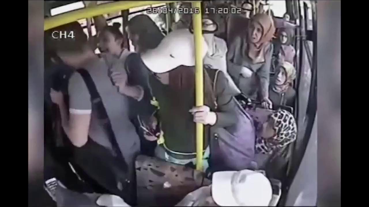Hả hê trước đoạn video gã yêu râu xanh bị chị em phụ nữ đánh hội đồng trên xe buýt vì hành vi bệnh hoạn