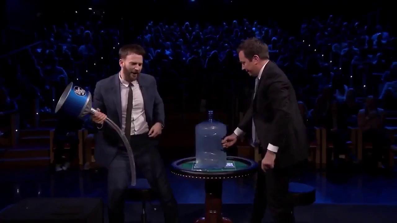 'Captain America' Chris Evans rên la khi bị đổ nước đá vào chỗ hiểm