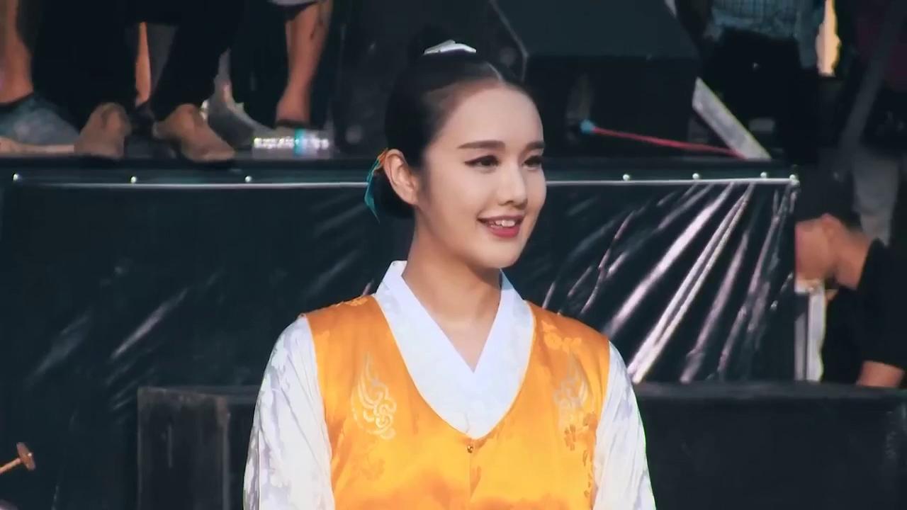Cô gái Hàn Quốc xinh đẹp ở Festival Huế 2016