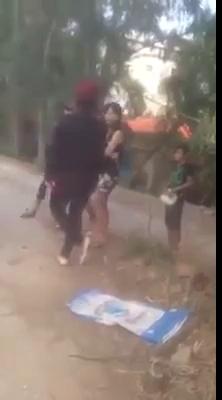 Clip cô gái trẻ bị đánh hội đồng, lột áo giữa đường