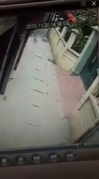 Bé trai ngã xuống đường, suýt bị công nông cán