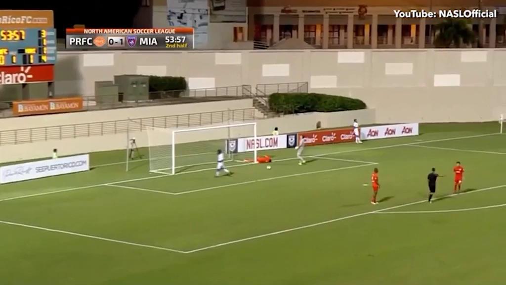 """""""Thốn tận rốn"""" với màn cứu thua của hậu vệ Puerto Rico"""