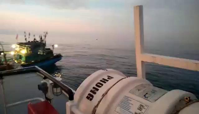 Cận cảnh cứu 15 thuyền viên gặp nạn trên biển