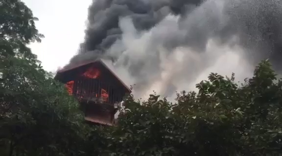 Cháy lớn tại hiệu cầm đồ trên phố cổ Hà Nội