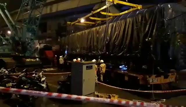 Cận cảnh cẩu toa tàu đường sắt Cát Linh-Hà Đông lên ray