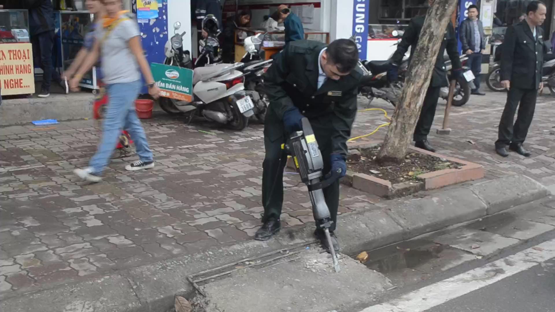 """Cận cảnh Hà Nội dùng máy bắn bê-tông, xà beng """"xử"""" lấn chiếm vỉa hè"""