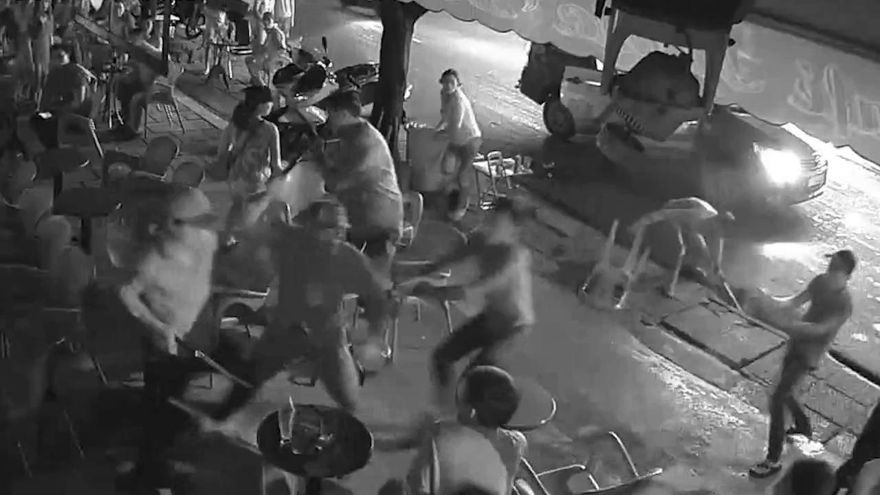 VIDEO hàng chục côn đồ xông vào quán cà phê đập phá