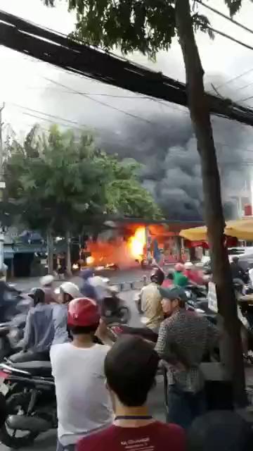 Cháy nổ cây xăng ở vào giờ cao đểm ở Sài Gòn