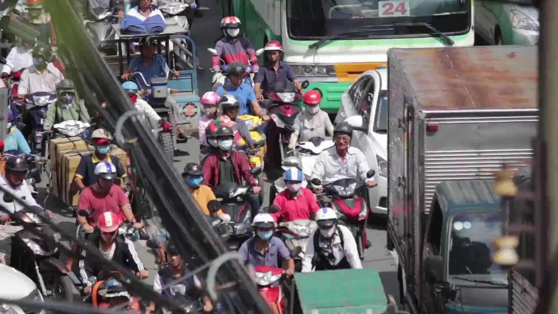 Kẹt xe tới trưa, người Sài Gòn ngao ngán