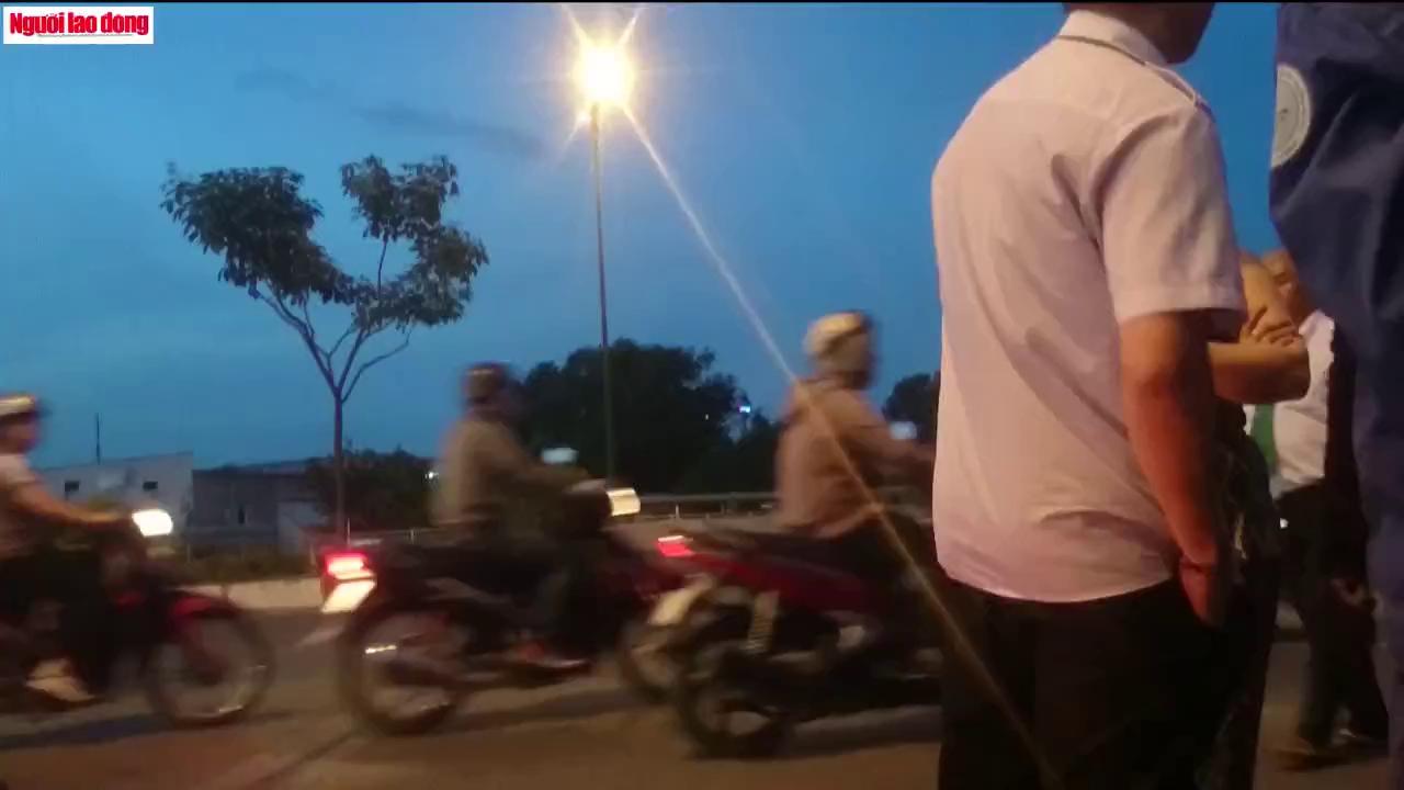 Bỏ đi sau va chạm, người chạy ô tô chặn xe taxi đòi bồi thường
