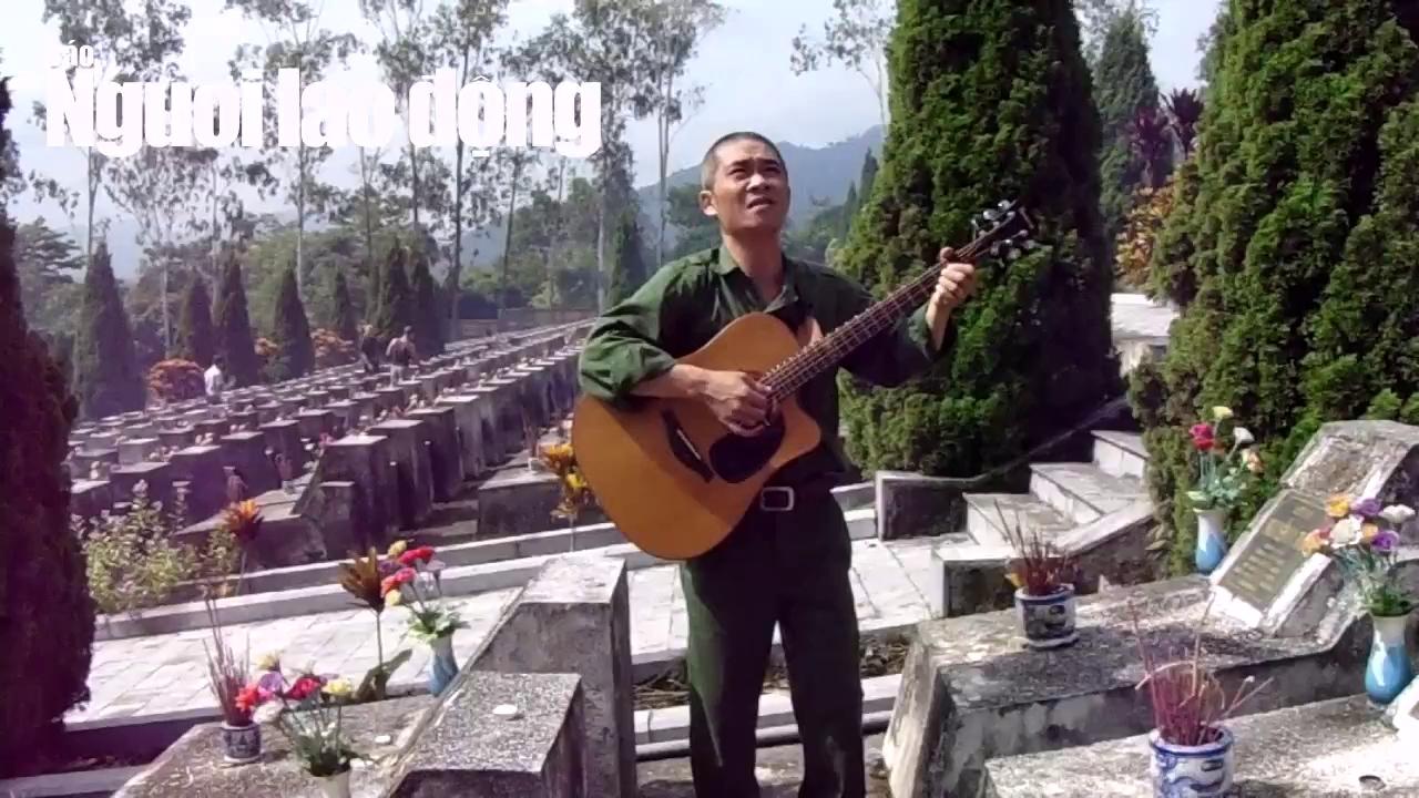 """Trương Quý Hải hát """"Về đây đồng đội ơi"""" giữa nghĩa trang liệt sĩ Vị Xuyên"""