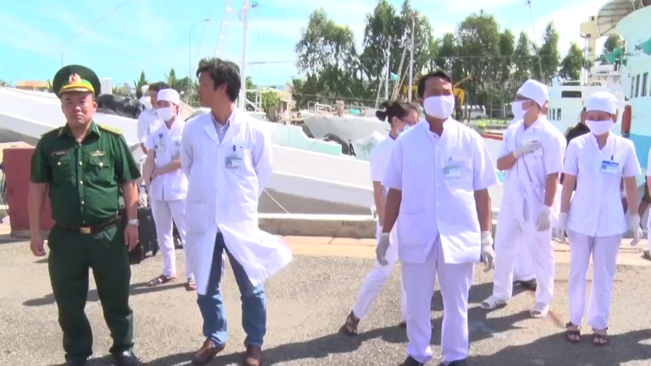 Đưa 12 ngư dân bị bỏng trong vụ nổ bình ga về đất liền