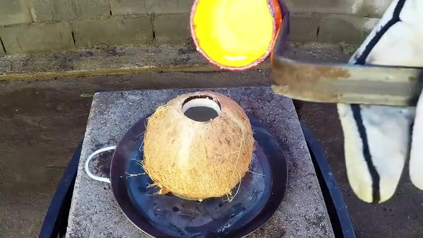 Chuyện gì xảy ra khi đổ đồng nóng chảy vào quả dừa?