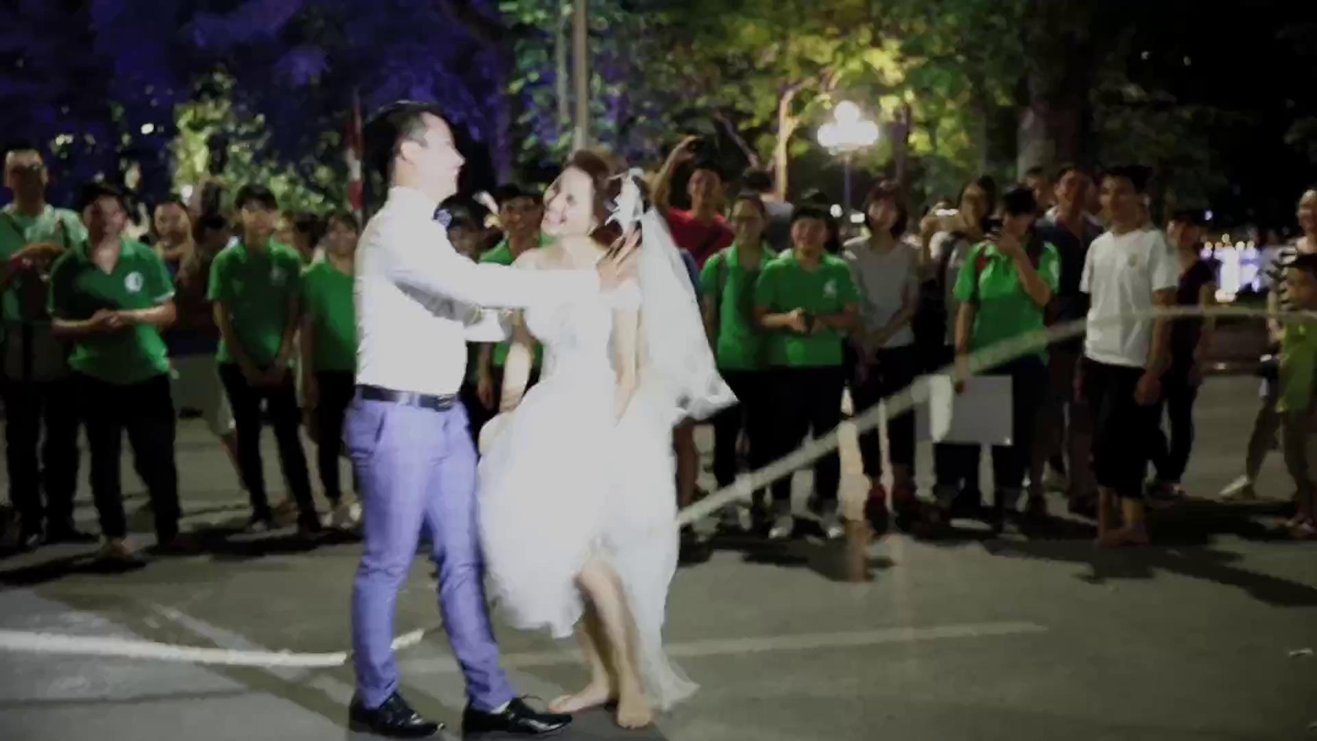 Việc cô dâu chú rể xuất hiện đã nhận được sự quan tâm và ưu ái của các bạn trẻ.