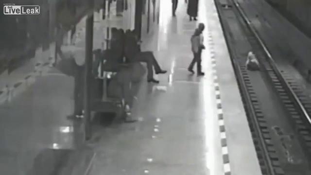 Chàng trai dũng cảm cứu em bé trước mũi tàu hỏa