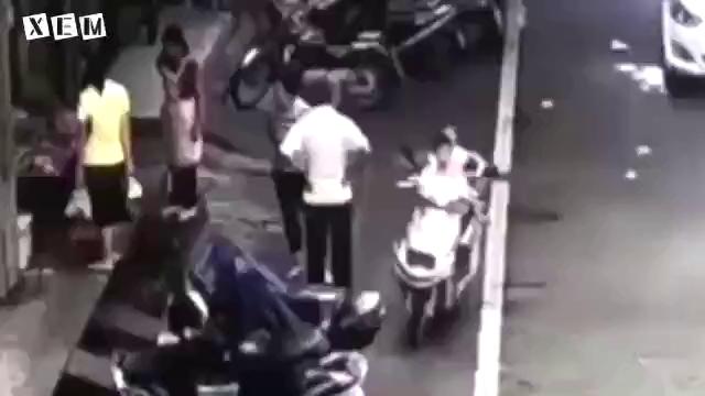Làm cha mẹ phải nhớ, không được để con nhỏ ngồi 1 mình trên xe máy