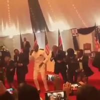 Tổng thống Obama tươi cười nhảy múa trên sân khấu  tại Kenya