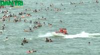 Mô tô nước lao vào dòng người đang tắm biển