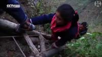 Học sinh Trung Quốc vượt qua vách đá nguy hiểm để đến trường