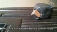 """Clip: Kỳ lạ """"viên đá"""" nuốt chửng cục sắt"""