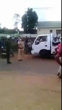 Clip người vi phạm giao thông chém công an bị thương (nguồn Youtube)