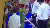 """Phút giải lao """"bận rộn"""" của bầu Kiên và Lý Xuân Hải"""