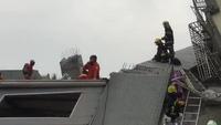 Lực lượng cứu hộ đào bới đống đổ nát cứu người bị mắc kẹt do động đất