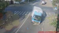 Người đi xe đạp thoát chết thần kỳ trong tai nạn giữa ngã tư