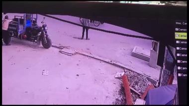 Video người đàn ông chạy theo xe buýt, rơi xuống hố ga và tử vong