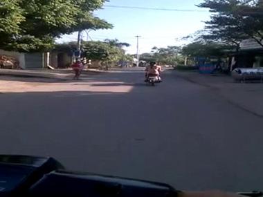 Cô gái khỏa thân đi xe máy gây sốc tại Hà Nội