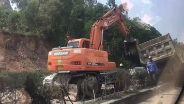 """Quảng Ninh: """"Hung thần"""" xe tải mất lái, lao qua dải phân cách giữa đường, đầu xe nát bét"""