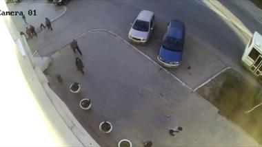 Bị Nissan X-Trail đâm dính vào tường, 2 cô gái thoát chết