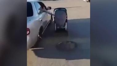 Bà mẹ gây sốc khi vừa lái ô tô vừa thò tay ra ngoài đẩy xe nôi cho con