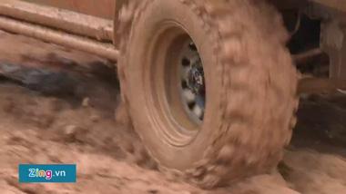 Hàng trăm xế hộp tranh tài trên đường đua bùn lầy
