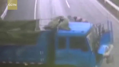 Xe tải xoay nhiều vòng trên cao tốc, hất tài xế ra ngoài