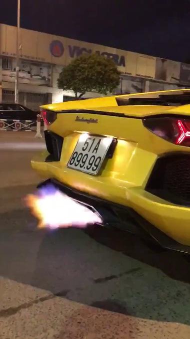 """Siêu xe Lamborghini Aventador biển """"tứ quý"""" 9 nẹt pô """"khạc lửa"""" thị uy trên phố Sài thành"""