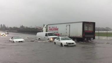 """3 chiếc BMW """"chết đứng"""" trong khi Audi A6 Quattro lội nước như tàu ngầm"""