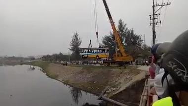 Trục vớt xe buýt trợ giá bị rơi xuống kênh nước tại Đà Nẵng