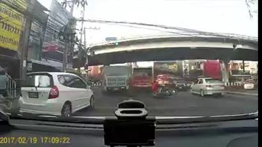 Nhanh chân nhảy khỏi xe, thiếu nữ thoát chêt ngay trước đầu xe bus