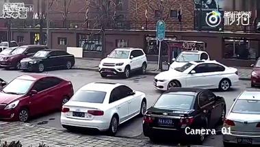 Người phụ nữ lái BMW đâm 2 xe Audi và Chevrolet trong bãi đỗ