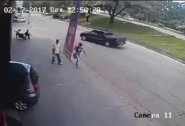 Người đàn ông bị lốp văng khỏi ô tô đập trúng đầu sống sót thần kỳ