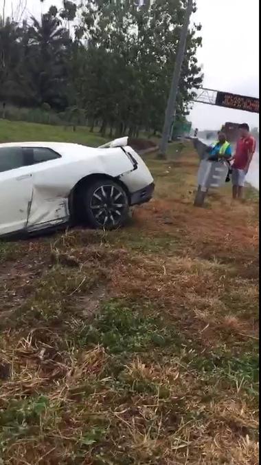 Nissan GTR gặp nạn nghiêm trọng trên đường cao tốc ở Malaysia