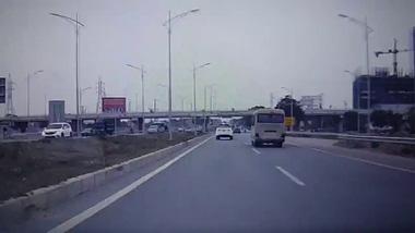 Hyundai Getz chạy ngược chiều trên cao tốc Hà Nội - Bắc Giang